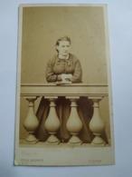 Photographie Ancienne CDV - Jeune Femme Accoudée à Un Balcon - Photo Jules Bonnet  LUZERN -BE - Ancianas (antes De 1900)