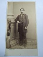 Photographie Ancienne CDV Second Empire - Homme Debout Accoudé - Photo Arnaude , Marseille - TBE - Antiche (ante 1900)