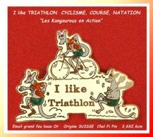"SUPER PIN'S TRIATHLON SUISSE : Athlètes ""Kangourous"" Humoristique Au I LIKE TRIATHLON, Email Grand Feu Base Or 3,6X2,6 - Cyclisme"