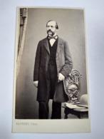Photographie Ancienne CDV Second Empire - Homme Debout Accoudé à Un Fauteuil - Mobilier - Photo Arnaude Marseille. TBE - Antiche (ante 1900)