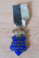 France - Petite Médaille émaillée - Société Des Ouvriers Raffineurs (de Sucre) - Nantes 1857 - 1882 - Avec Ruban - Professionnels / De Société