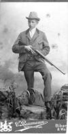 Mann Mit Flinte - Kabinettfoto Von Hoffotograf C. Baumann Biberach A/R & Waldsee Ca 1896 - Fotografie