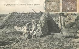 MADAGASCAR TANANARIVE CASE DE PECHEUR TIMBRES TYPE ZEBU - Madagascar