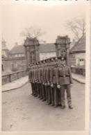 Foto Gruppe Deutsche Soldaten Vor Einem Burgtor - 2. WK - 9*6cm (43456) - Krieg, Militär