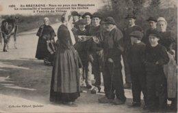 EN BRETAGNE  NOCE AU PAYS DES BIGOUDENS  LA DEMOISELLE D'HONNEUR RECEVANT LES INVITES - Bretagne