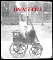 Plaque De Verre - Un Petit Garçon Dans Une Petite Voiture à Attelée, à Identifier - Taille 88 X 64 Mlls - Diapositiva Su Vetro