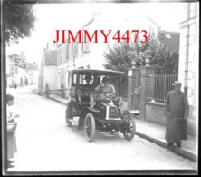 Plaque De Verre - Une Vieille Automobile Dans La Rue Bien Animée, Ville à Identifier - Taille 88 X 64 Mlls - Glasplaten