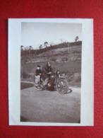 MOTOS - PHOTO CARTONNEE - 13 X 8.7 -MOTO AVEC UN PETIT GARÇON DERRIERE... -  TROUVER EN BRETAGNE, FINISTERE - Motorbikes