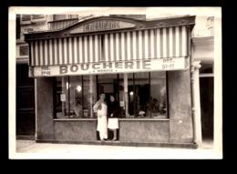 Photo ( 18 X 12.5 Cm ) Couple à La Porte De Leur Boucherie , Mars 1966 - Métiers