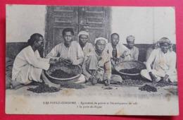 1912 RARE Iles Poulo-Condore à La Porte Du Bagne Egreneurs De Poivre Et Décortiqueurs De Café Beau Plan - Gevangenis