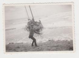 BB143 - PHOTO Plage - LES HUTTES - Jeune Homme Et Bâteau Turc échoué - Avril 1960 - Personnes Anonymes