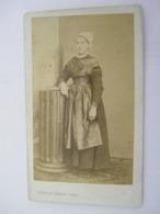 CDV - Albumine Albumen - Femme Coiffe Et Costume - Debout -  C.Peigne De Nantes - Circa 1870 - TTB (CR 56) - Personnes Anonymes