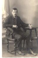 Studiofoto - Mann Im Anzug Sitzt Auf Stuhl Ca 1920 - Fotografie