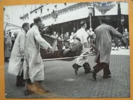 EVACUATION BLESSE LIBERATION DE PARIS GUERRE WW2 PHOTO DE PRESSE 24 X 18 Cm PHOTO PRESSE LIBERATION - Guerre, Militaire