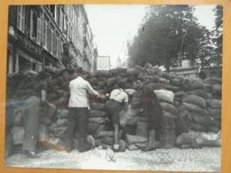 A L'ABRI D'UNE BARRICADE LIBERATION DE PARIS GUERRE WW2 PHOTO DE PRESSE 24 X 18 Cm PHOTO PRESSE LIBERATION - Guerre, Militaire