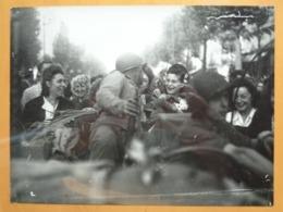 SOLDAT ET PARISIENNES LIBERATION DE PARIS GUERRE WW2 PHOTO DE PRESSE 24 X 18 Cm PHOTO PRESSE LIBERATION - Guerre, Militaire