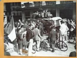DRAPEAU ET CHAR LIBERATION DE PARIS GUERRE WW2 PHOTO DE PRESSE 24 X 18 Cm PHOTO PRESSE LIBERATION - Guerre, Militaire