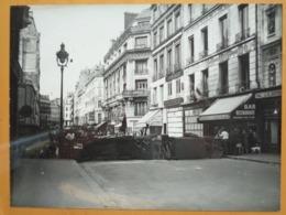 BARRICADE RESTAURANT LES BALEARES LIBERATION DE PARIS GUERRE WW2 PHOTO DE PRESSE 24 X 18 Cm PHOTO PRESSE LIBERATION - Guerre, Militaire