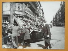 BARRICADE CAMION RENVERSE LIBERATION DE PARIS GUERRE WW2 PHOTO DE PRESSE 24 X 18 Cm PHOTO PRESSE LIBERATION - Guerre, Militaire