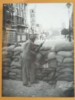 BARRICADE HOMME SEUL NOTRE-DAME LIBERATION DE PARIS GUERRE WW2 PHOTO DE PRESSE 24 X 18 Cm PHOTO PRESSE LIBERATION - Guerre, Militaire