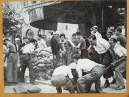 MISE EN PLACE BARRICADE  LIBERATION DE PARIS GUERRE WW2 PHOTO DE PRESSE 24 X 18 Cm PHOTO PRESSE LIBERATION - Guerre, Militaire