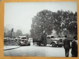 CARREFOUR CAMIONS HS LIBERATION DE PARIS GUERRE WW2 PHOTO DE PRESSE 24 X 18 Cm PHOTO PRESSE LIBERATION - Guerre, Militaire