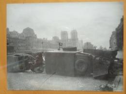 CAMIONS BARRICADE NOTRE-DAME LIBERATION DE PARIS GUERRE WW2 PHOTO DE PRESSE 24 X 18 Cm PHOTO PRESSE LIBERATION - Guerre, Militaire