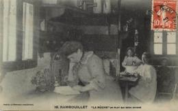 - Yvelines -ref-B736- Rambouillet - La Rûche - Un Plat Qui Sera Soigné - Fillettes - Cuisine -  Ecole - Ecoles - - Rambouillet