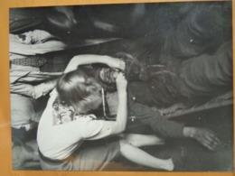 BLESSE SECOURU  LIBERATION DE PARIS GUERRE WW2 PHOTO DE PRESSE 24 X 18 Cm PHOTO PRESSE LIBERATION - Guerre, Militaire