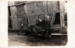 Amusante Carte Photo Originale & Groupe Serré En Ballade Dans Une Brouette De Bois Vers 1920/30 Allant Dans La Mare - Personnes Anonymes