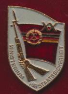 DDR Anstecknadel 20 Jahre Ministerium Für Staatssicherheit Im Etui - Polizei