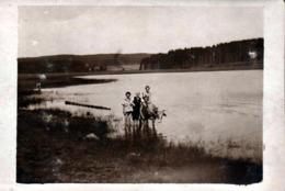 Amusante Carte Photo Originale D'un Bain Au Lac Pour Une Famille En Maillot De Bains Et Femme Sur Vache - Herbstein - Anonyme Personen