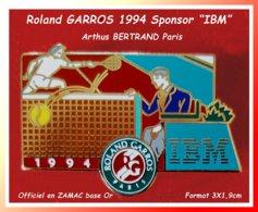 """SUPER PIN'S Roland GARROS Année 1994 : SPONSOR Officiel """"IBM"""", En ZAMAC Base Or, Signé Arthus BERTRAND PARIS 3X1,9cm - Tennis"""