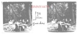 Plaque De Verre En Stéréo - Garches 92 Hauts De Seine - Groupe De Personnes Attablées En Juin 1911 -Taille 43 X 107 Mlls - Plaques De Verre