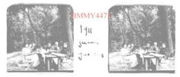 Plaque De Verre En Stéréo - Garches 92 Hauts De Seine - Groupe De Personnes Attablées En Juin 1911  Taille 43 X 107 Mlls - Glasplaten