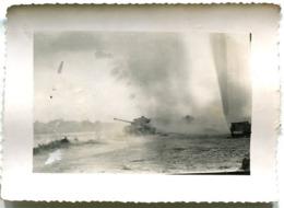 Indochine Deux Photographies Privées Chars D'assaut En Opération (9) - War, Military