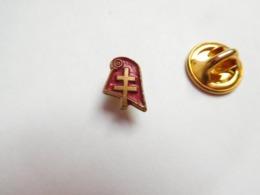Beau Petit Pin's , Bonnet Phrygien Et Croix De Lorraine , Armée Militaire - Militaria