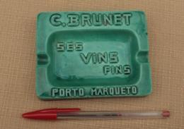 Objet Publicitaire 006, Cendrier C Brunet Vins Fins Porto Marqueto, En Faience, Bon état Juste Un Petit éclat Sur Le N D - Ashtrays