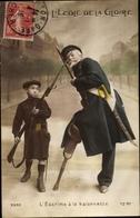 Cp L'Ecole De La Gloire, L'Escrime à La Baionnette, Junge In Uniform, Veteran, Holzbein - Non Classés