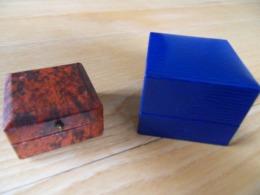 Deux écrins à Bijoux L Un Bleu Marine ( Broche Ou Bague  NEUF L Autre De La Bijouterie Prévot Nancy Années 1935 Env TBE - Matériel