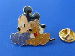 Pin's Disney Mickey - Bébé Junior Et Pluto - Au Dos: Arthus Bertrand (GB45) - Disney