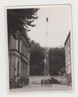 BB160 - Photo Ancienne D'une Grande échelle De Pompiers - échelle Aérienne  - Caserne - Pompier - Soldat Du Feu - Professions