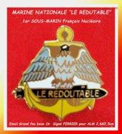 "SUPER PIN'S MARINE NATIONALE : ""LE REDOUTABLE"" 1er SOUS-MARIN FRANCAIS NUCLEAIRE, émail Grand Feu Base Or  2,6X2,5cm - Militaria"