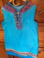 Robe  De Dame En  Fine Soie Turquoise Motifs  Peints à La Main Se Porte En Robe Ou Tunique Travail Artisanal Années 1970 - Habits & Linge D'époque