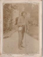 Photo Ancienne Avec Un Personnage - Homme - Marcheur? - Personnes Anonymes