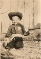 PHOTO ORIGINALE PETIT GARCON DÉGUISÉ EN SHERIF - REVOLVER PISTOLET - ZOOM - Persone Anonimi