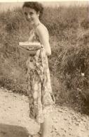 PHOTO ORIGINALE 1960 - JEUNE FEMME SOURIANTE En ROBE D'ETE - LILIANE - ZOOM - Persone Anonimi
