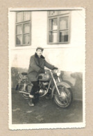 W25-Guy,Man With Hat,Mustache,Smoke Cigarette And Sitting On Big Motorbike,Motorcycle-Vintage Photo Snapshot - Ciclismo