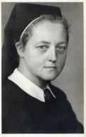 Carte Photo Originale Guerre 1939/45 - Portrait De Bonne Soeur Infirmière Allemande Aux Yeux Clairs - Köln, Cologne - Guerre, Militaire