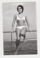 BB170 -  PHOTO -Jeune Femme En Maillot De Bain à La Mer - Young Sexy Women - Personnes Anonymes